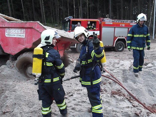 Požár nakladače přímo na stavbě nové lanovky u obce Pstruží na Karlovarsku.