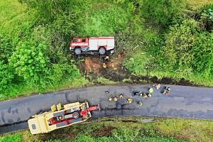 Záběry z vyprošťování převrácené zásahové hasičské cisterny, která havarovala při cestě z místa zásahu. Příčinu nehody řeší policie, škoda bude stanovena po důkladné prohlídce vozidla.