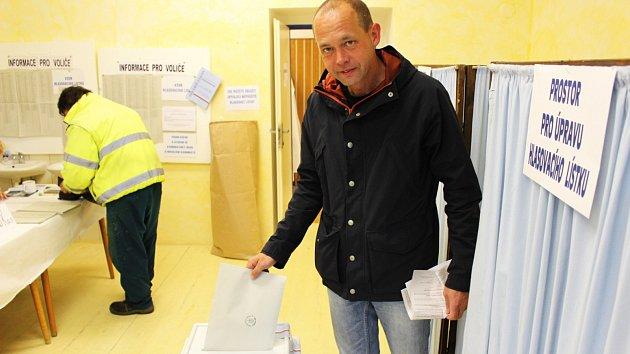 Karlovarský primátor Petr Kulhánek odvolil v městské části Doubí.