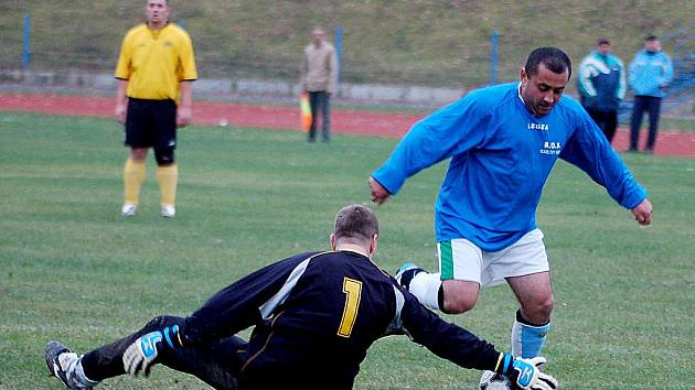 V dalším kole okresního přeboru porazil nováček soutěže Slavia Junior (v modrém) favorizovaný Sokol Bochov (ve žlutém) v poměru 6:4.