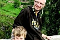PŘED VZNIKEM PERIODIKA založil Jindřich Krása ještě neziskovou organizaci Svobodná příroda. Na snímku je se synem Lukášem na výletě v Lokti.