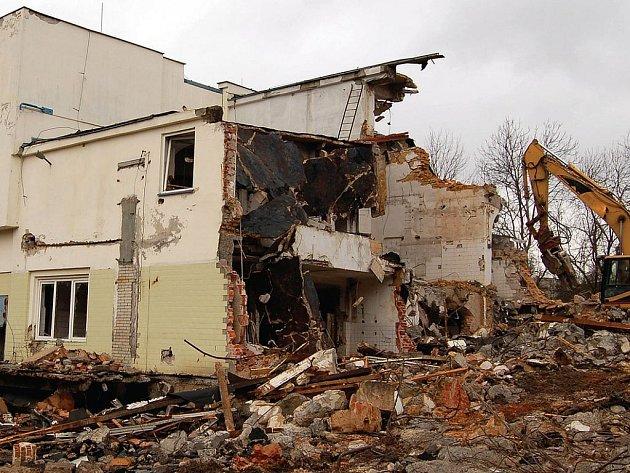 DEMOLICE ZA 20 MILIONŮ. Objekty bývalé mlékárny koupil Lidl za 20 milionů korun týden před jejich demolicí.