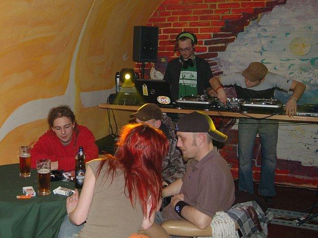 POSLEDNÍ HOSTÉ. V Husovce se v sobotu konala rozlučková party. Kdy bude nově otevřena, není jasné. Náměstek Jan Balek ale nechce, aby fungovala jako rockový klub.
