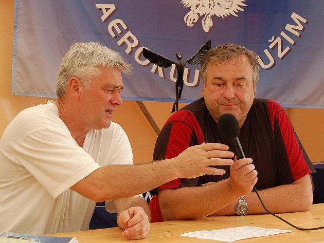 Lubomír Vrba (vlevo) představil v areálu letiště v Přílezech oficiální program mistrovství Evropy v akrobatickém létání.