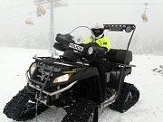 Při kontrolní akci použili policisté i čtyřkolku se sněžnými pásy.