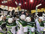 Hokejové utkání WSM Ligy - play off mezi celky HC Slavia Praha a  HC Energie Karlovy Vary 18. března v Praze. Hráči Energie se radují s pohárem pro vítěze WSM Ligy.