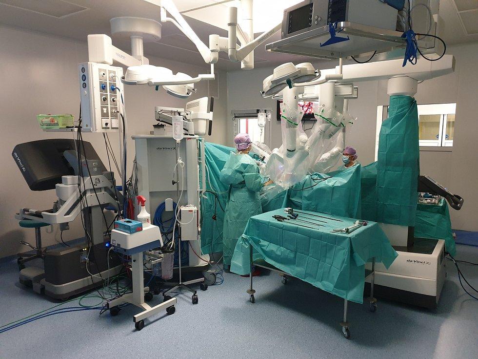 Robota ovládá přednosta urologické kliniky Milan Hora joystickem.