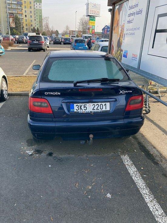 Tento vra zaparkoval majitel přímo u boxu na nákupní košíku u OC Michal v Sokolově. Foto: Jindřich Pavézka