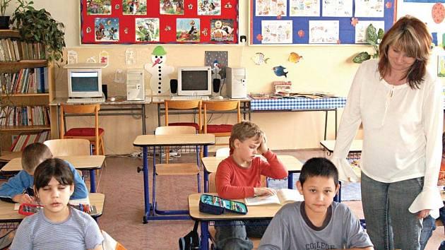 Na budoucnosti dětí z ostrovské základní školy visí otazník.