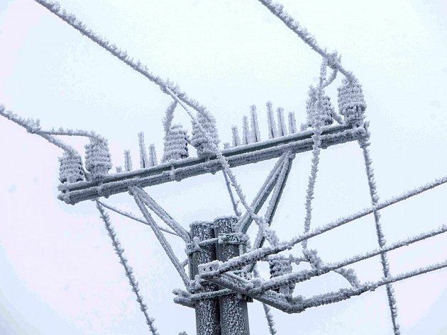 Výpadky elektrického proudu měla na svědomí především námraza.