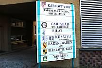 BEZ PARTNERSTVÍ. Na této tabuli před karlovarským magistrátem zatím ruský Chanty-Mansijsk nebude.
