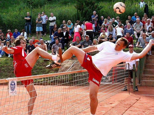 SOUBOJ GENERACÍ. Karlovarským nohejbalistům se v přípravě na play off extraligy daří, na prestižním mezinárodním turnaji Šacung OMV se v sobotu do čtvrtfinále probojovaly hned tři trojky SK Liapor Witte.
