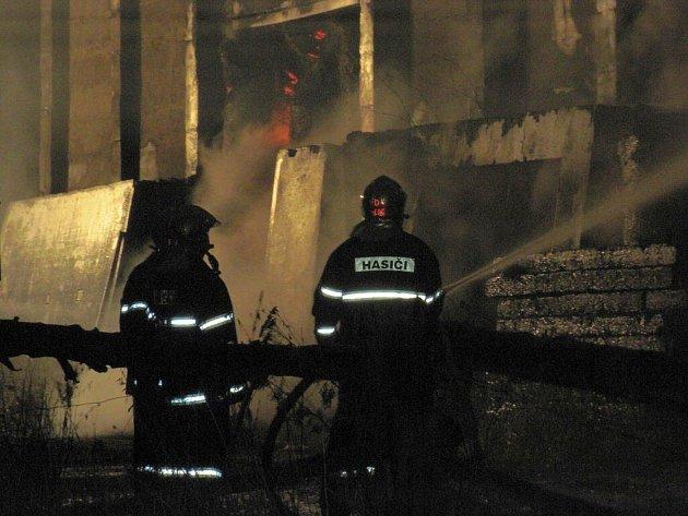 Rozsáhlý požár seníku likvidovali hasiči ve Fojtově na Karlovarsku.