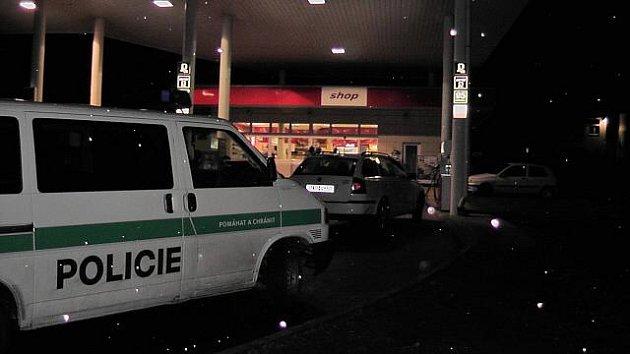 Na čerpací stanici ve Všeborovicích na Karlovarsku došlo k loupežnému přepadení