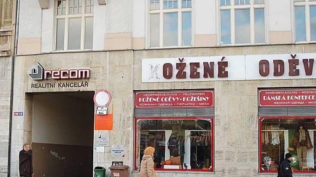 Po ODS a ČSSD bude mít i KSČM svou vlastní kancelář. Dům ve Varšavské, kde sídlí, jde do prodeje.