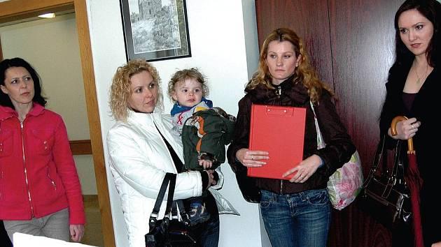 Rodiče, jejichž děti navštěvují mateřinku v ulici Krále Jiřího, svůj boj nevzdávají. Obcházejí jednotlivé politiky a hledají podporu.