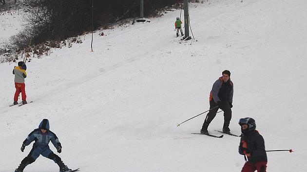POVOZÍ I DĚTI. Novinkou lyžařského areálu v Merklíně je ryze dětský vlek, který je v provozu od minulého víkendu. I Merklínští jsou připraven i spustit o víkendu oba vleky. Podle Martina Friče, spolumajitele areálu, však záleží na počasí.
