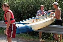 Vodáci to na Ohři nemají jednoduché. Mnohde musí s loděmi přecházet i svodidla.