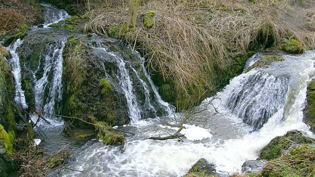 Unikátní dvojvodopádna soutoku Lučinského a Svatoborského potoka se nachází nedaleko Andělské Hory, u obce Lučiny.