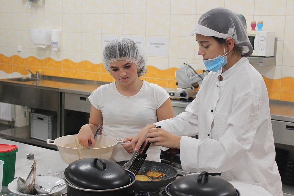 Praktická výuka se na Střední škole stravování a služeb nezastavila ani při další vlně pandemie.