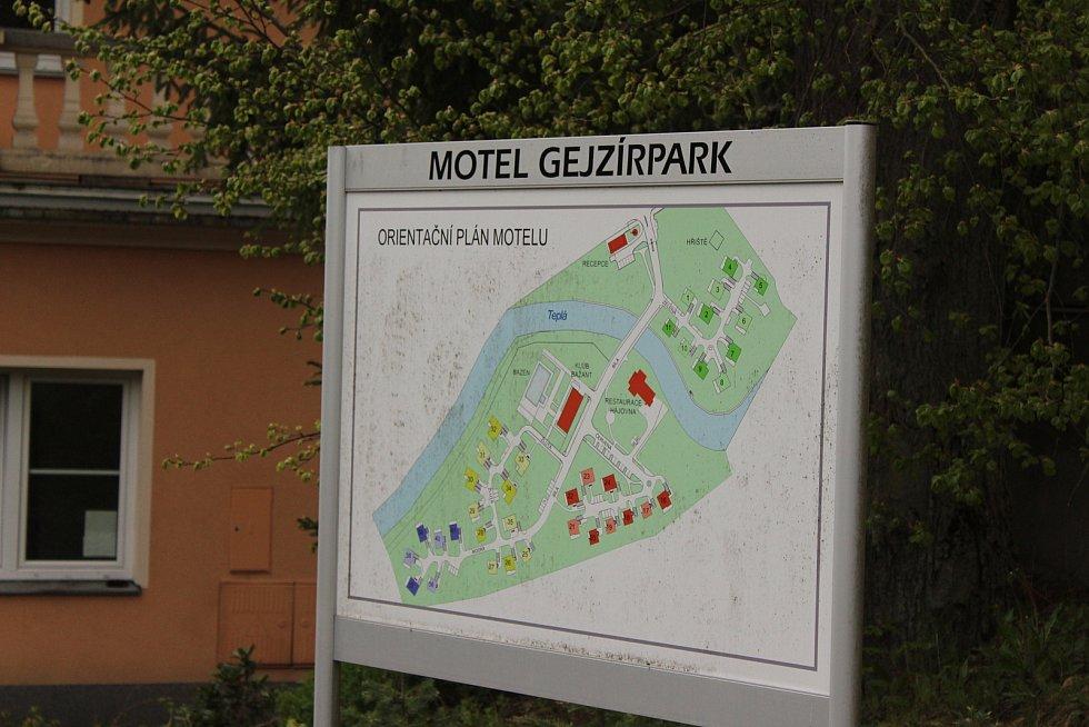 Ruská vesnička už stojí u Gejzíru.