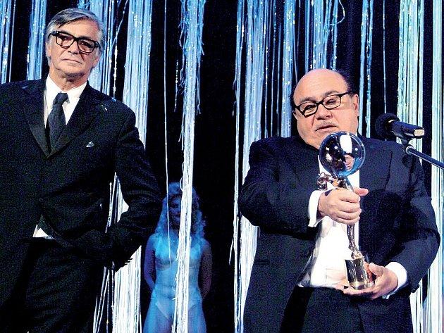 Danny De Vito oceněn Křišťálovým glóbem za celoživotní dílo.