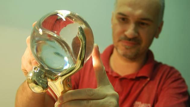 Festivalová cena vzniká už jedenáct let ve sklárně Moser.