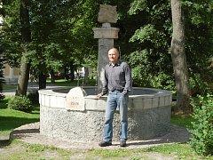 Jiří Kupilík (průvodce a jeden z organizátorů sobotní akce) u místní kašny věnované zakladateli krušnohorského vinařství.