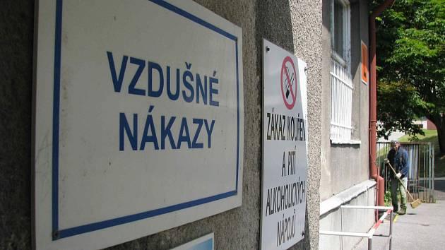 Infekční oddělení karlovarské nemocnice je pod dohledem policie.