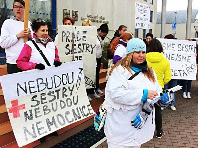 Zdravotní sestry protestovaly před jednáním krajského zastupitelstva Karlovarského kraje proti nízkým platům.