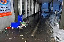 NEPOŘÁDEK před Infocentrem u Dolního nádraží je už několik dní. Situaci v těchto dnech řeší Dopravní podnik.