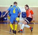 Ve čtrnáctém kole futsalového krajského přeboru si připsali hráči FC Jenišov (v pruhovaném) na své konto první vítězství. Na domácí palubovce pokořili novosedelský Plynotherm (v modrém) v poměru 7:5.