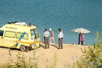 V zatopeném lomu u Hroznětína na Karlovarsku se ve středu 14. července v podvečer utopil muž