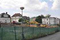 Stavba pavilonu nemocnice. Výstavba zmodernizuje Karlovarskou krajskou nemocnici, ale zároveň omezuje vjezd do areálu i parkování.