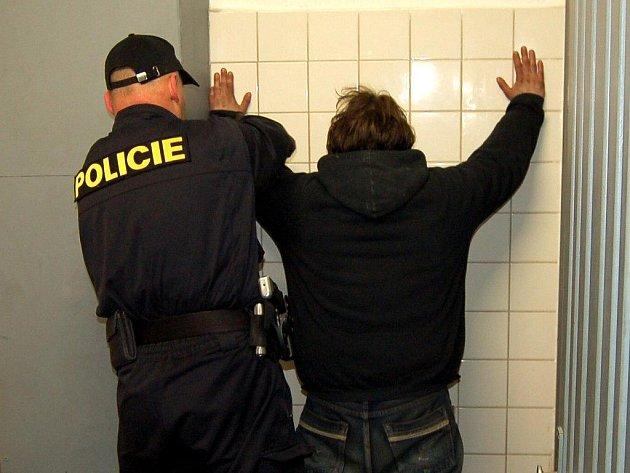 OSOBNÍ PROHLÍDKA je nedílnou součástí práce se zadrženými. Nevyhnul se jí ani jeden ze tří mužů, které policisté zatkli v budoucím sídle obvodního oddělení Karlovy Vary město.