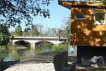 LODĚNICE NEBO HOSPODA? Zbrusu nová loděnice stojí na místě původní dřevěné stavby v překrásném prostředí na břehu řeky Ohře.
