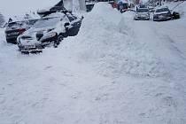 Na Božím Daru připadlo čtvrt metru sněhu a dál sněží, vjezd je stále zakázaný.