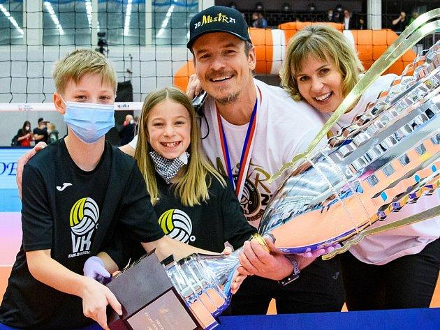 Již několik sezon táhne lékař Oldřich Vastl volejbalovou bárku společně shráči Karlovarska nejen na tuzemské, ale také mezinárodní scéně.