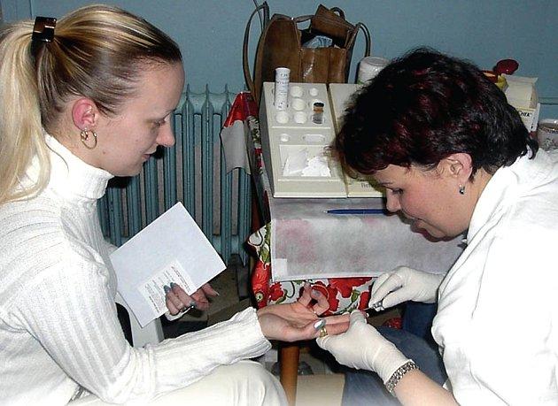 Vzhledem k nedostatku očkovací látky proti klíšťové encefalitídě v celé republice už musí vakcínou šetřit i v očkovacím centru Zdravotního ústavu se sídlemv Karlových Varech (na snímku).