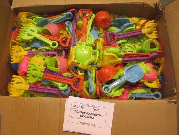 Desetitisícům hraček a nádobí celníci vystavili stopku
