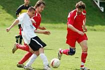 Derby horalů ovládli fotbalisté Nejdku B, kteří vyhráli nad Perninkem 7:5.