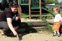 Petra Mackůrová se svou dcerou Natálkou bydlí těsně vedle dětského hřiště, na kterém se scházejí narkomané. Není jediná, komu tato situace vadí.
