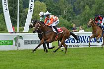Achird (oranžovo-bílý dres) vítězí v Letní ceně klisen.