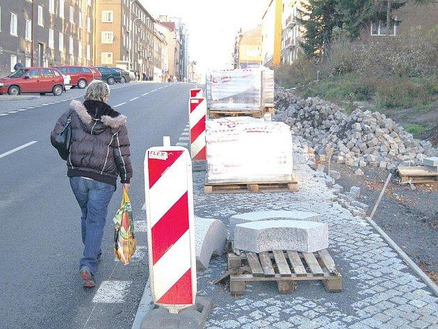 Chodník v Sokolovské ulici stále není dokončen. Navíc materiál na dokončení chodníku se rozkrádá.