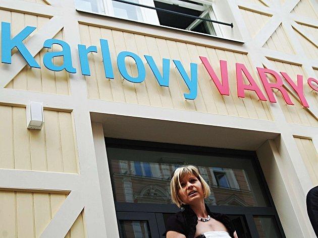 KARLOVARSKÉ INFOCENTRUM je podle hlasování veřejnosti nejlepší v kraji a ředitelka Jitka Ettler Štěpánková má důvod ke spokojenosti.