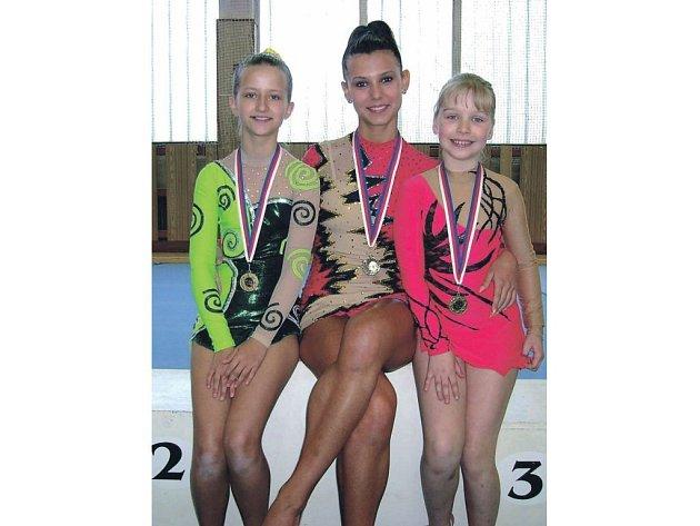 MEDAILISTKY. Úspěšné karlovarské trio na závodech v Mariánských Lázních. Mezi ´bronzovými´ Alicí Josefikovou (vlevo) a Kristinou Zemanovou je vítězka kategorie žen Tereza Paálová.