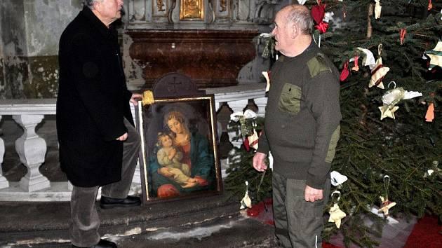 OBRAZ PANNY MARIE věnoval kostelu svaté Anny v Sedleci karlovarský patriot Jiří Böhm (na snímku vlevo s Aloisem Kůrkou starším).