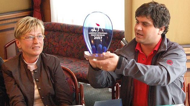 Ředitel lázeňského festivalu Jaroslav Dolina představil na včerejší tiskové konferenci cenu Lázeňská společnost České republiky.