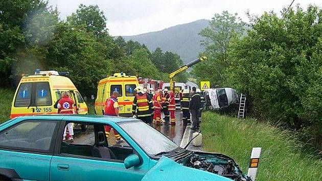 Ostrovští hasiči zasahovali i při nehodě u Damic 30. května, kde při srážce auta s minibusem zahynul jeden člověk a jednadvacet dalších bylo zraněno.