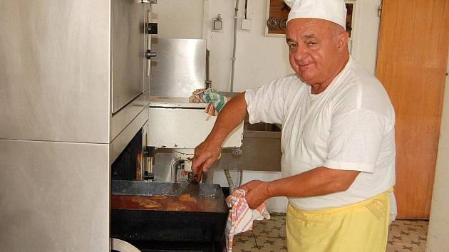 PŘÍSNÉ HYGIENICKÉ PŘEDPISY se musí dodržovat také v kuchyni.